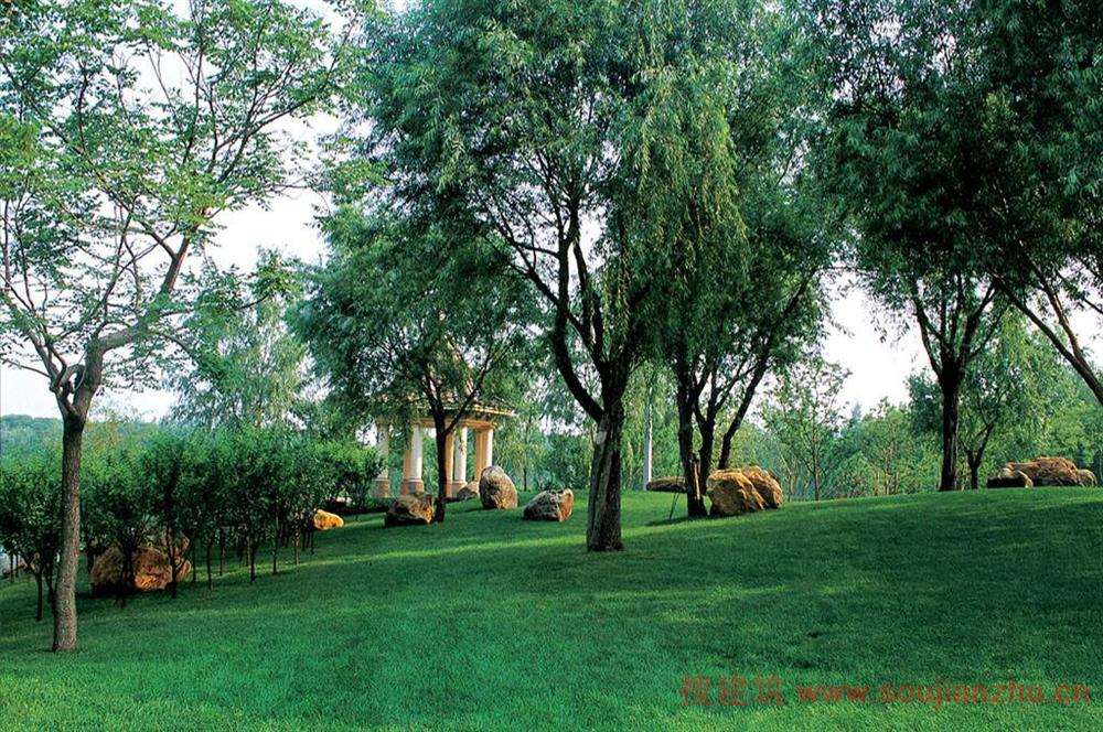 b.围墙与市政人行道交接的界面有一定厚度的堆坡绿化带种植(1.
