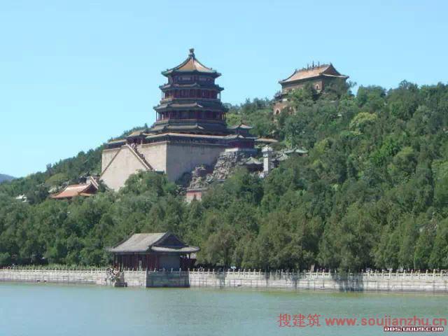 1、世界上最大的宫殿故宫  故宫,又名紫禁城,位于老北京城的中轴线上,是明朝和清朝的皇室。占地72万平方米,建筑面积约15万平方米,共有殿宇9999间半,是世界最大的宫殿,也是中国现存最大最完整的古建筑群。整个建筑群按中轴线对称布局,层次分明,主体突出。太和殿,又称金銮殿,是明、清皇帝举行大典的地方。它在故宫三大殿中是最大的一座,也是中国古代宫殿建筑中最大的木结构宫殿。故宫是中国最大的艺术博物馆,收藏着90多万件历史文物和艺术品,其中有许多稀世珍宝。 故宫中的故事数不胜数,其中以香妃的故事最为著名。