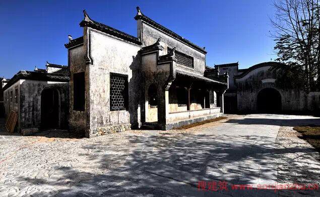 徽派建筑是中国古建筑中最重要的流派之一,它集徽州山川风景之灵气,融风俗文化之精华,结构严谨,雕刻精湛,特别是在建筑雕刻艺术的综合运用上充分体现了鲜明的地方特色。尤以民居、祠堂和牌坊最为典型,被誉为徽州古建筑三绝为中外建筑界所叹服。徽派建筑在总体布局上,依山就势、自然得体;在平面布局上,灵活多变;在空间结构上,造型丰富、讲究韵律美,以马头墙、小青瓦、白粉壁最有特色;在建筑雕刻艺术的综合运用上,融合石雕、木雕、砖雕为一体,显得富丽堂皇。  随着现在经济的快速发展,人们的生活水平和条件得到了质的飞跃。很多人在