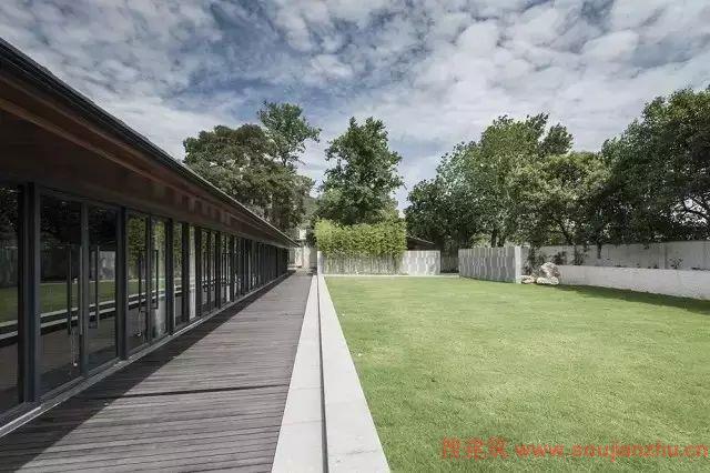 与灰色,白色等搭配常用于铺装,临水栏杆,构件小品等,体现新中式景观图片