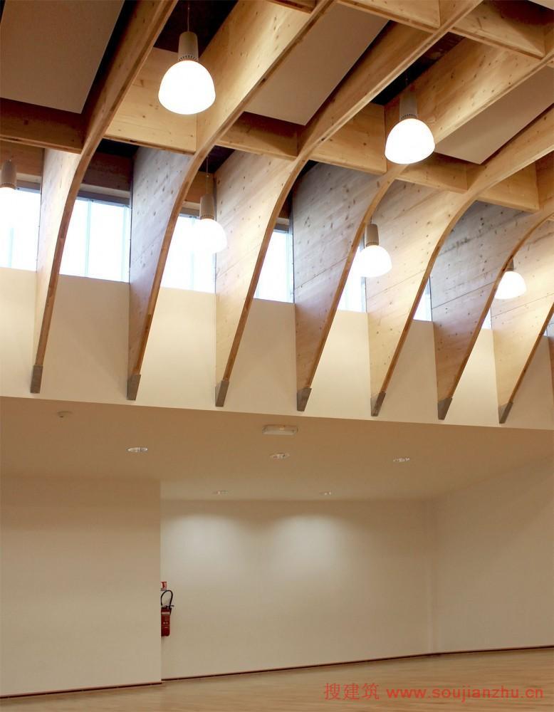 木结构的运动馆:在连续越过弧柱制成的层压木材;创建