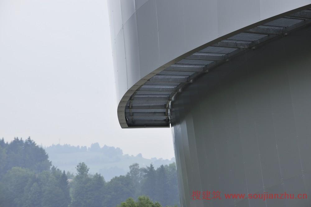 建筑物的外部和内部是由两个低的圆柱体构成