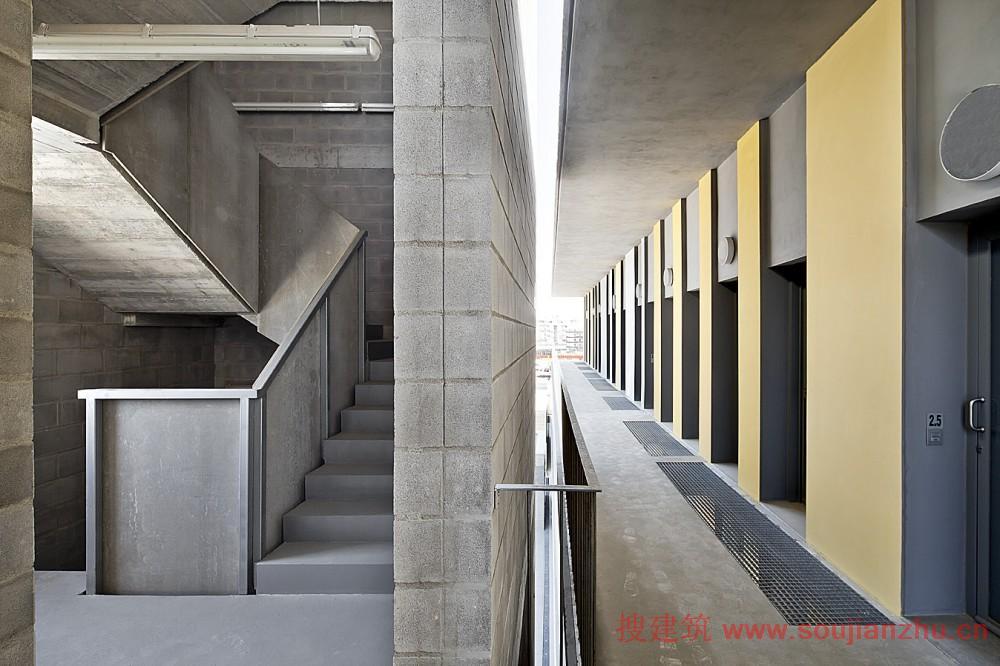 通风良好的外观由着色的木材和水泥板组成,把木条钉在是墙上.