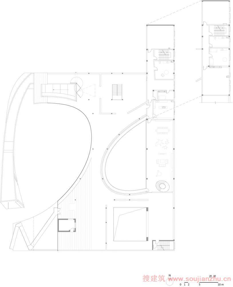 建筑师:Daipu Architects 地点:北京 宋庄 面积:3200平方米 树美术馆位于中国北京宋庄。位于一条主公路的路边。原有的村落景观逐渐消失,被大尺度的适合车行的地块划分取代。虽然这里有艺术村的名声在外,但没有当地朋友的引荐,很难在这一区域停留,对艺术氛围有深入的探访。因此,最早的想法是在基地上创造一个不同于周遭的环境的,适合人们在这里停留,约会,以及交流的公共艺术空间。 我希望人们一开始被友好的形象吸引,视觉和身体可以不自觉的跟随弧形的楼板线进入到美术馆的内部来。人们可以选择从入口