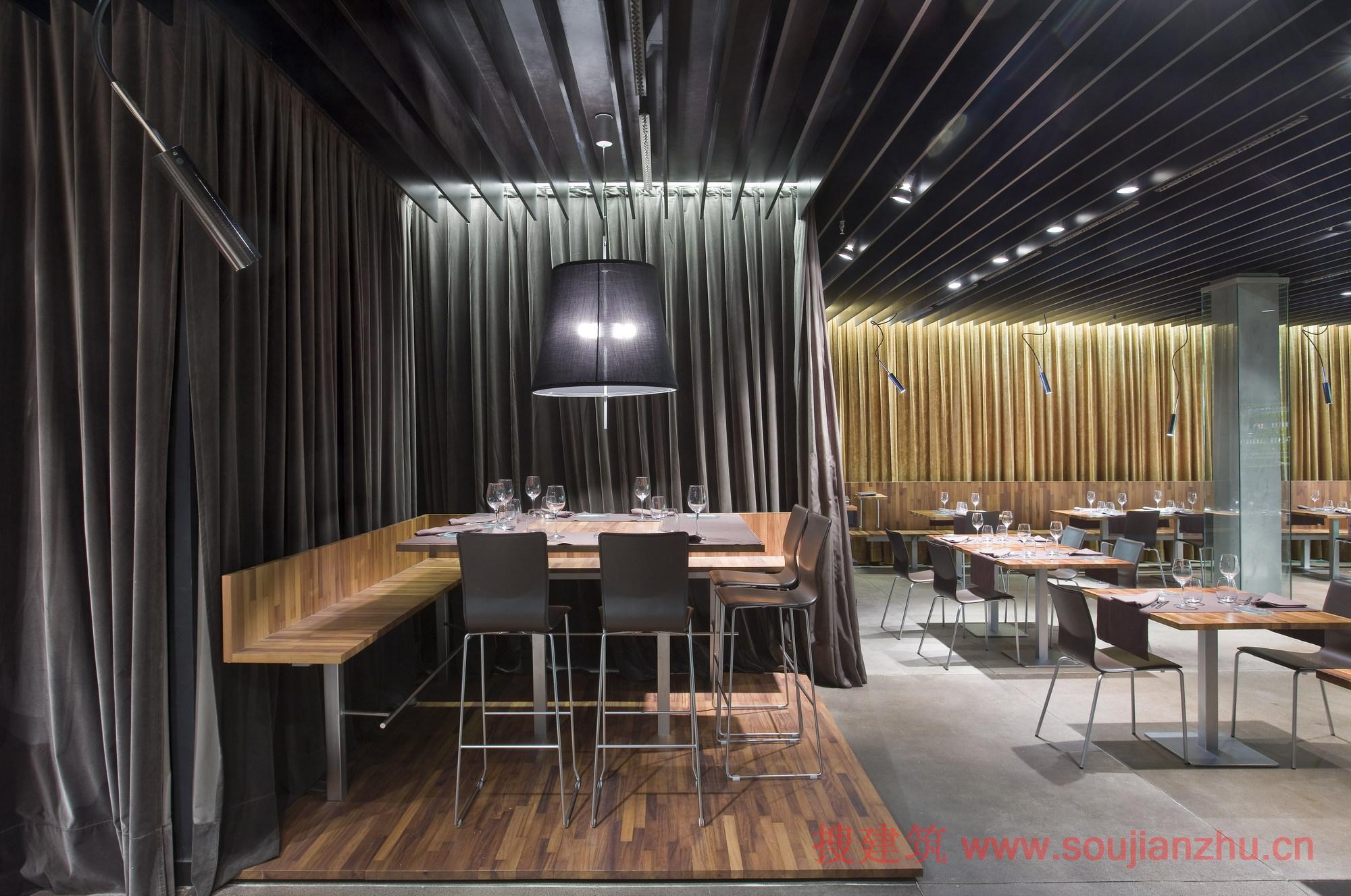 建筑师:Vallo & Irigaray + Galar 地点:西班牙 潘普洛纳 面积:990平方米 我们喜欢这个餐馆:每次去的情绪是不同的它可以随你想的事情、想重现环境改变你的情绪。 在本案中使用的伙伴元素是:厨房--食物--超市。建筑内部不是简单墙面,而是装饰有晶格的绿色玻璃瓶墙、灯具、吸音吊顶。 (本资料由搜建筑网整理,转载请注明出处。)