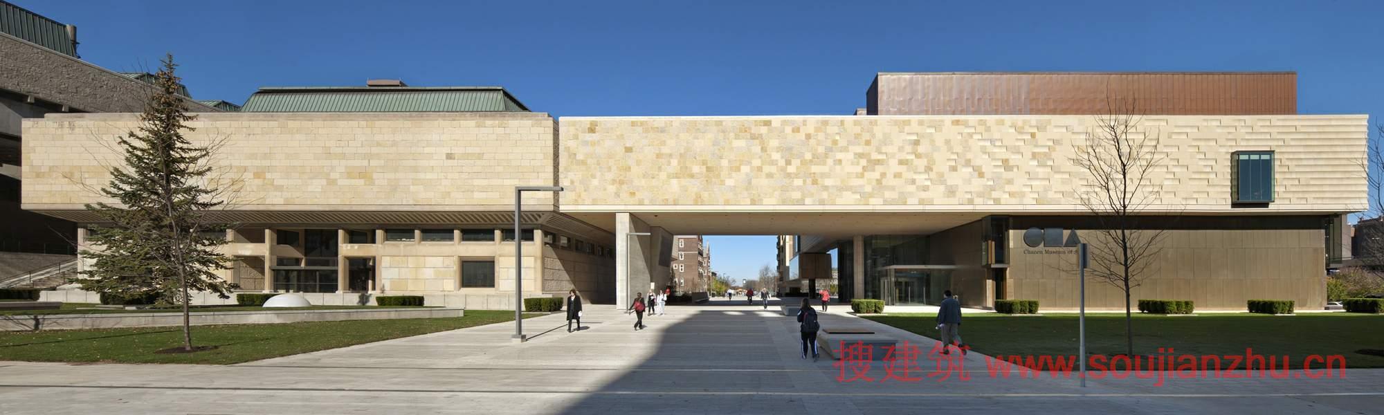 使自己和新博物馆入口处