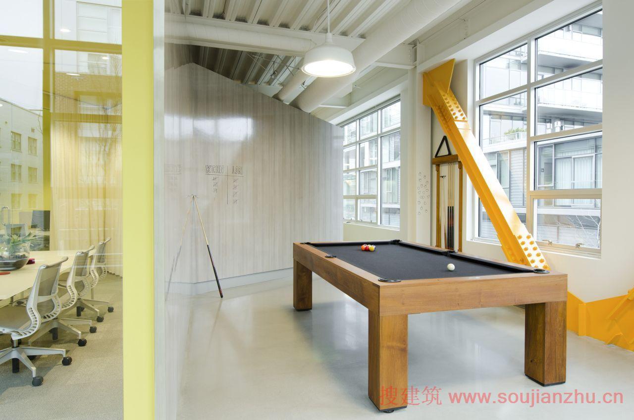 建筑师:Boora Architects 地点:美国 俄勒冈州 波特兰市 面积:5,475平方英尺   这个FINE Design Group新的工作环境体现创意机构的节能性和协作性。为了创建新的空间,Boora Architects运用暴露的钢结构、混凝土地板,形成一个5,475平方英尺的原壳空间,拥有光照充足的开阔空间。结果是一个阁楼式的开放式办公环境,拥有一种轻松的感觉。在开放的空间内,关键要素定义不同的项目区:   粮仓是一个三管齐下的房间,漂浮于空间西端,并设有两个办事处和该机构的会