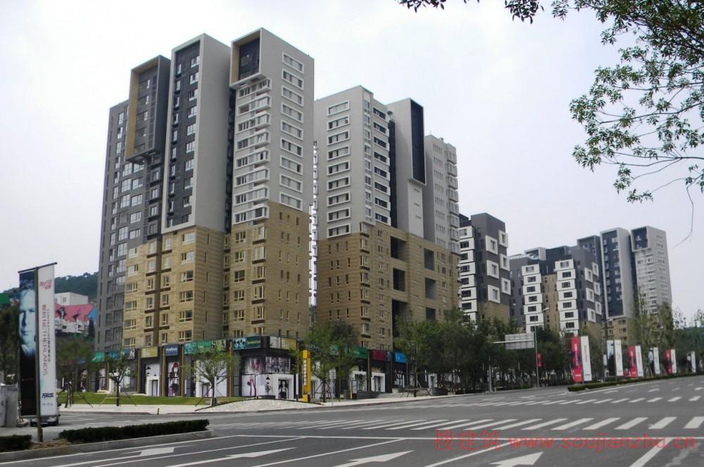 建筑师:CONTEXTURE ARCHITECTS 地点:山东 青岛 面积:5000平方米 为了不让公寓作为单独对象,我们试图让其成为愉快的城市空间:街道、广场和庭院。绿色中轴线两边的广场通往大山公园,低公寓楼已经形成亲密的方形露台属于咖啡店和兄啊餐馆,这些都位于一楼。合肥路附近的建筑已经被重置,因此也形成了一个大广场,提升缓慢在不同的楼层。 大山公园,城市天然的大氧吧,这是在合肥路最优质的位置,长满野草的绿色庭院是公园的延伸同时在高于商业空间的路边种植树木。绿化延伸到场地的每一个角落。当然,所有的公寓