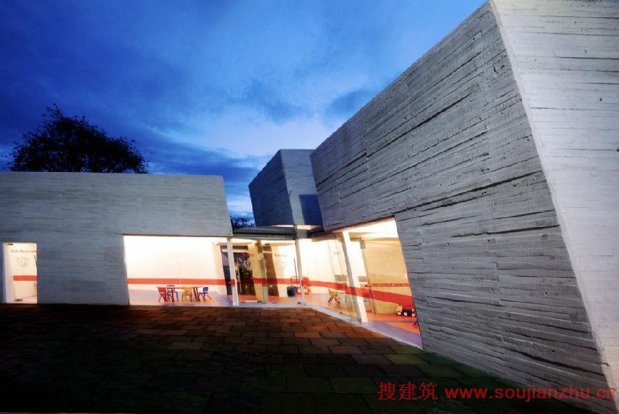 建筑师:Broissin Architects 地点:墨西哥 面积:1,800平方米   该项目是由Broissin Architects设计的Green Hills幼儿园,位于墨西哥北部。具体的平行六面体从一边倾斜到另一边,鼓励孩子发展他们的创造性活动。   幼儿园是学生进入小学的准备阶段,因此该项目的开发变得更加线性和简单。该建筑使用钢筋混凝土托架,由暴露的混凝土柱支撑,这给人的感觉高跷的混凝土建筑。随着坡度,这种高温条件下的建筑有利于雨水通过,以及生态走廊区域,包括寒冷的森林生态系统的物
