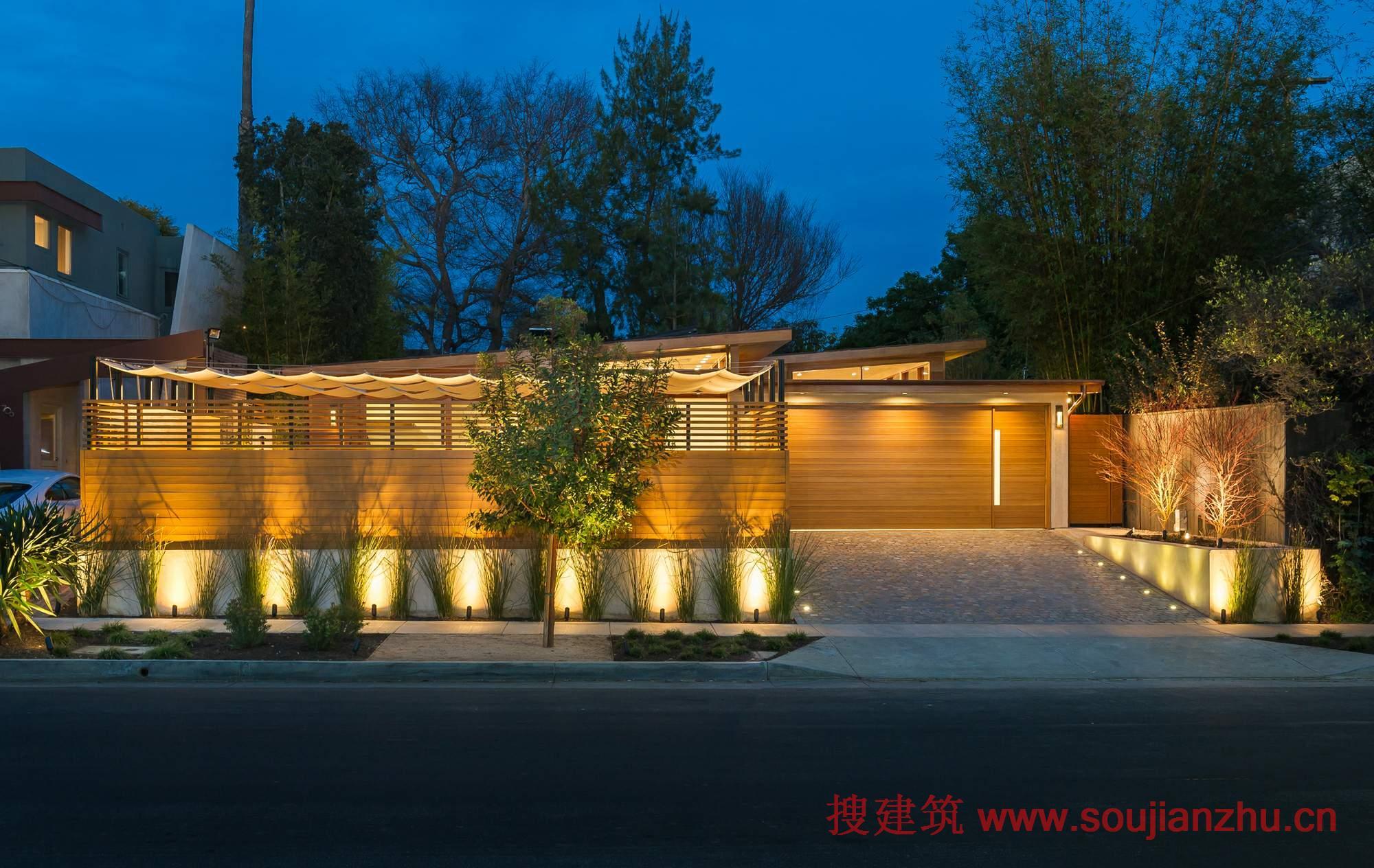 建筑师:Kurt Krueger Architect 地点:美国 洛杉矶 面积:2200平方尺   该Westgate住宅是一个1948年的房子,位于美国加利福尼亚布伦特伍德,设计目标是过核桃木地板、石灰岩、阿根廷鹅卵石及水射流石等新材料的使用、房屋开口和空间的重新布局,在不增加总面积、不修建护栏的前提下,将这座老房子彻底改造成时尚而别致的现代住宅。   因为业主是一对退休夫妇,便于功能和整体的实用性与整体设计一样重要。设计师的任务是以一个充满诗意的方式,无缝地融合这些要求。   设计师设计师没