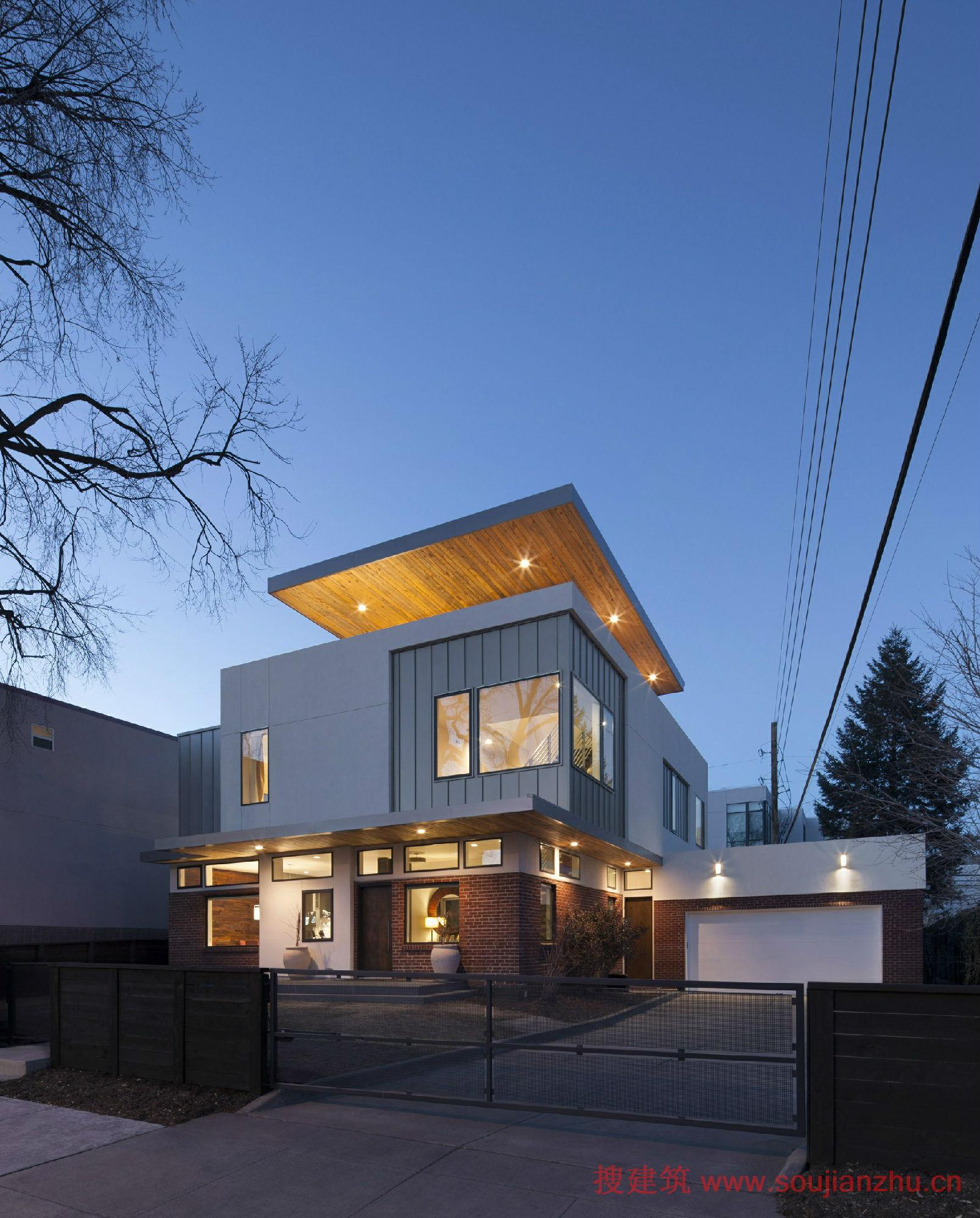 建筑师:Meridian 105 Architecture 地点:美国 面积:3300平方英尺 该项目位于丹佛的高地附近,这是一个创新的住宅,除了现有的1940年的平房。原来的结构,具有坚实的混凝土基础和砖表层,也就是说原来有很好的基础,并有机会节省成本在开挖和这些组件的娱乐。设计团队的解决办法是去除屋顶并向上添加,在原有的屋顶上接着建造。 所有的,3间卧室加至第二层,屋顶甲板和办公室在第三层。在第一个层,住宅的后墙被拆除并更换成玻璃,使室内直接开向后院。二楼在后面有一个悬挑的私人露台,且带有双