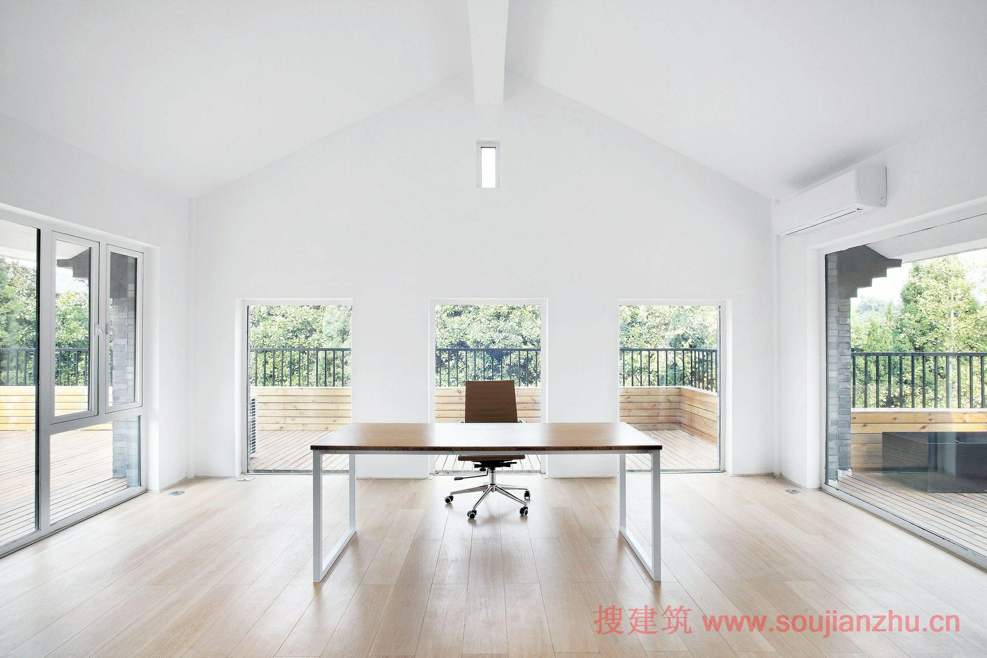 建筑师:Daipu Architects 地点:浙江 杭州 面积:640平方米 年份:2013 这个办公室装修位于浙江省杭州八卦田西侧。该场地具有良好的景观;然而,它是黑暗和阴沉的老建筑。现有的结构,有一个3.3米的地下一层的高度,并在梁的净高只有260万,这是相当令人沮丧的开放式办公室。二楼的高度是好的,但是它没有与地面足够的连接。旧的结构布局不表现出一个双层的优势。 所以首先考虑的是要建立一个两层楼之间的连接,不仅在物质空间方面,而且在这里工作的人的心理感知。那些将工作或楼上楼下都能感觉到同