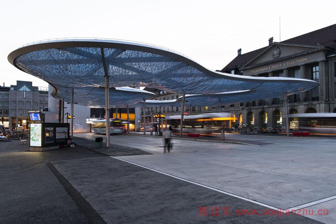 建筑师:Vehovar & Jauslin Architektur 地点:瑞士  Aarau 面积:1070.0平方米 年份:2014   近日,瑞士城市Aarau已经建立了自己的云形公交车站雨棚,雨棚由具有反射性和半透明的皮肤组成。盘旋于车站的前院之上。同时,它与气象同名,这个云形雨棚将提供免受雨雪。   该项目是Aarau城市Theo Hotz新地铁站的组成部分,该站前院和公交车站都被赋予了新的面貌。现有装置已被拆除,地下停车场搬迁,这样的巴士站,现在都可以在Bahnhofplatz