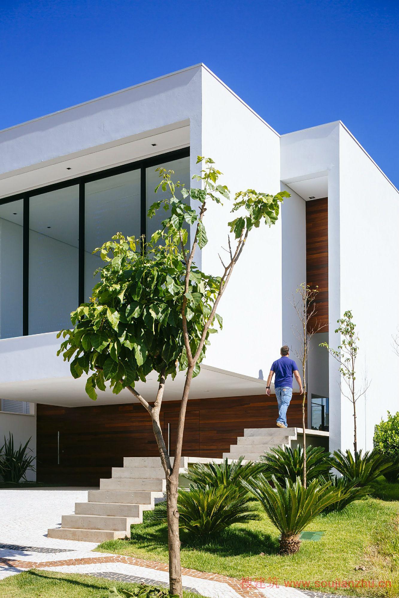 建筑师:24.7 Arquitetura Design 地点:巴西  圣保罗 面积:305平方米 年份:2013   该项目是由24.7 Arquitetura Design设计的Guaiume别墅,位于圣保罗坎皮纳斯的四大区之一Sousas,别墅坐落于最高处,可俯瞰Serra das Cabras西南部,坎皮纳斯的最高点。   为了融合于地形的性质,项目探索上部,并提出不同楼层的布局。最后创建了不同功能的四个楼层:车库、服务区、生活区和私人区。设计还注重自然资源的优化,包括自然光照和通风设计。