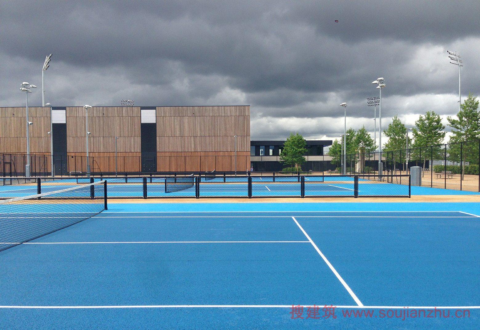 建筑师:Stanton Williams 地点:英国 伦敦 建筑面积:5602平方米 场地面积:146590平方米 该项目是由Stanton Williams设计的,Lee Valley曲棍球和网球中心是伦敦2012年一个鼓舞人心的遗产地点。作为女王伊丽莎白奥林匹克公园北部的门户,它标志着伊顿庄园的场地改造的最后阶段,它曾经作为伦敦2012年奥运会和残奥会的水上训练和残奥会轮椅网球场地唯一历史上残奥会的专用场地成为世界一流的体育设施建设。 在这最后的模式,它将成为英格兰曲棍球的主要活动的场地,