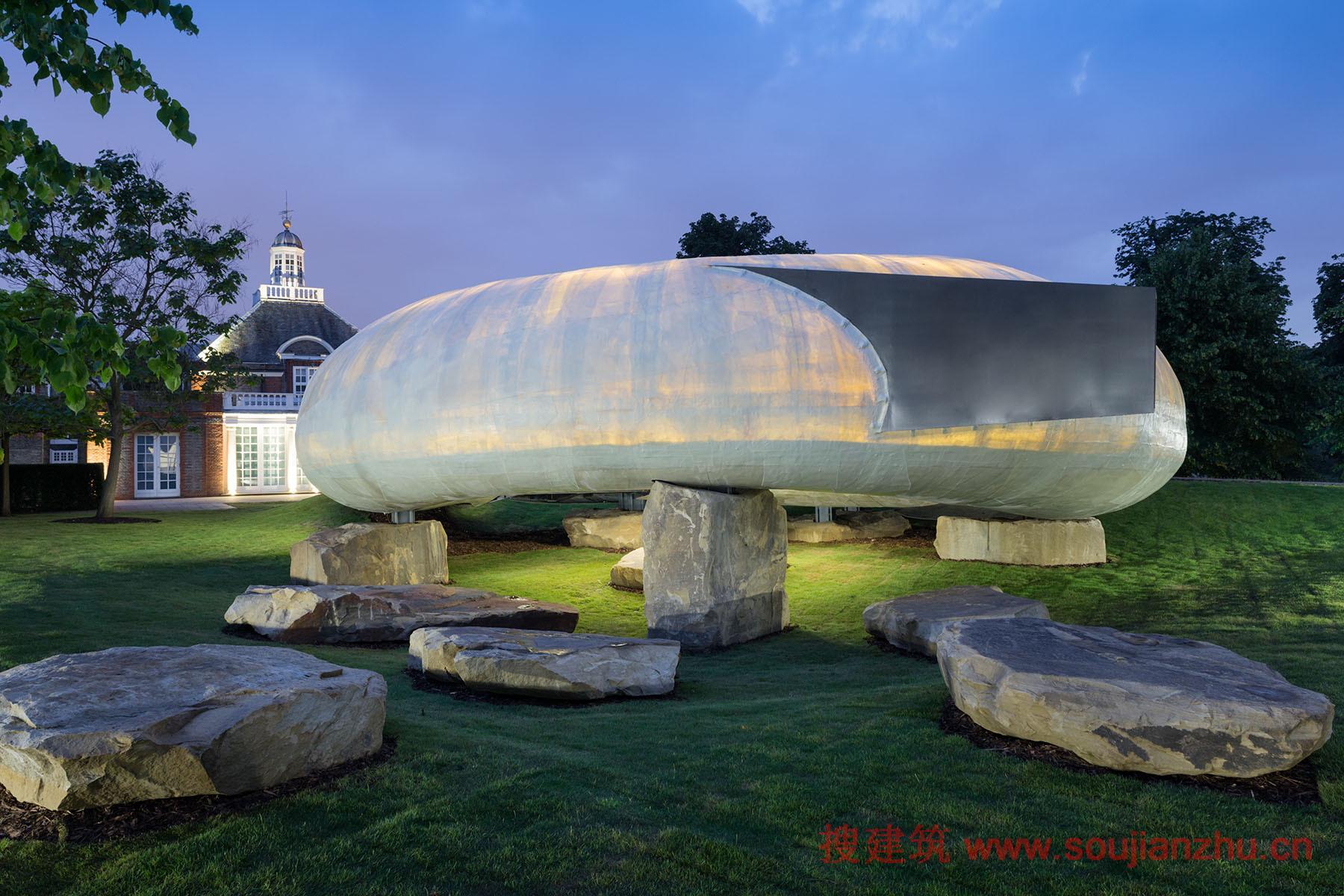 建筑师:Smiljan Radic 地点:英国 2014年的蛇形画廊馆,是由智利建筑师Smiljan Radic设计的,在伦敦海德公园开幕。该馆采用玻璃纤维增强塑料壳放在大型石材荒料,灵感来自于四年前创建一个虚构的模型。由此产生的结构,看似不可思议的薄而透明的外壳,却吸引了路人的目光,在晚上,内部散发出如琥珀色的光。