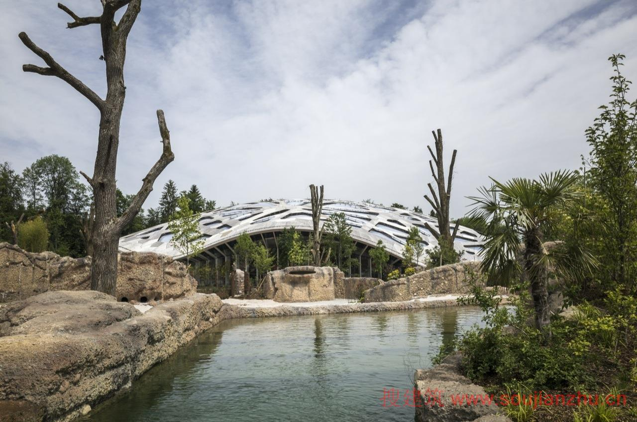 建筑师:Markus Schietsch Architekten 地点:瑞士 苏黎世 面积:8440平方米  苏黎世动物园新建的大象馆成为了新设计的Kaeng Krachan大象公园里的一个新景观。 新象舍的特点是采用了明显的木质屋顶,与周围景观融合在一起,是一个自由形状的浅壳结构。屋顶建成了像迷宫一般的透明结构,与周围森林建立起了一种有机关系。在室内,屋顶能够展现其大气层效应:就如同阳光穿过树木一样,这里是阳光透过复杂的屋顶结构经过滤后产生不断变化的光线环境。   屋顶被设计成一个自由跨度的浅木壳。采用