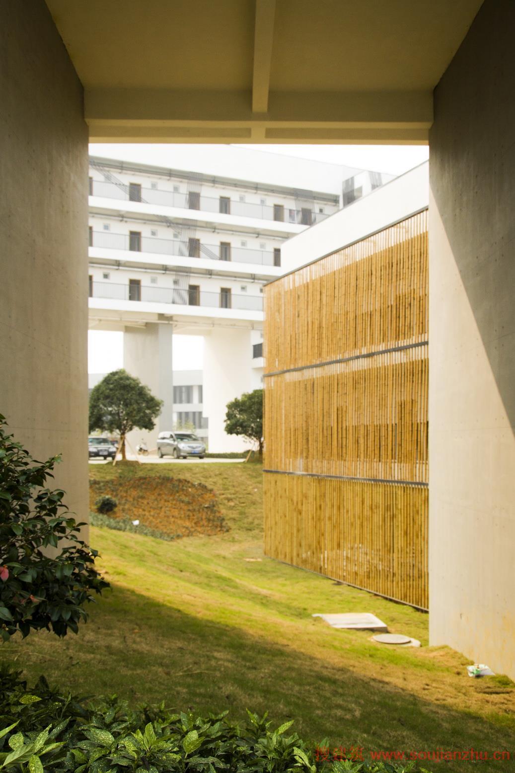 这也许是浙江或者国内大学校园里最具人性化的学生宿舍之一,因为设计师巧妙地利用基地空间,把所有全部房间安排朝南向或偏南向布置,在有限的基地之中给所有学生提供了全年都能够见到阳光的住宿空间,对于江南潮湿气候下的大学生活居住条件有了大大的改善。   总体构思:生长的建筑 设计因地制宜地采用有机生态的山地规划体系,建筑依山顺势而建,曲折婉转如自然的树木枝桠,极大限度的增加了建筑采光面,同时单体局部利用山地架空,建筑与地貌自然融合,组团空间层次更加丰富与立体。        天际线: 山形 为了从视觉上削弱这组