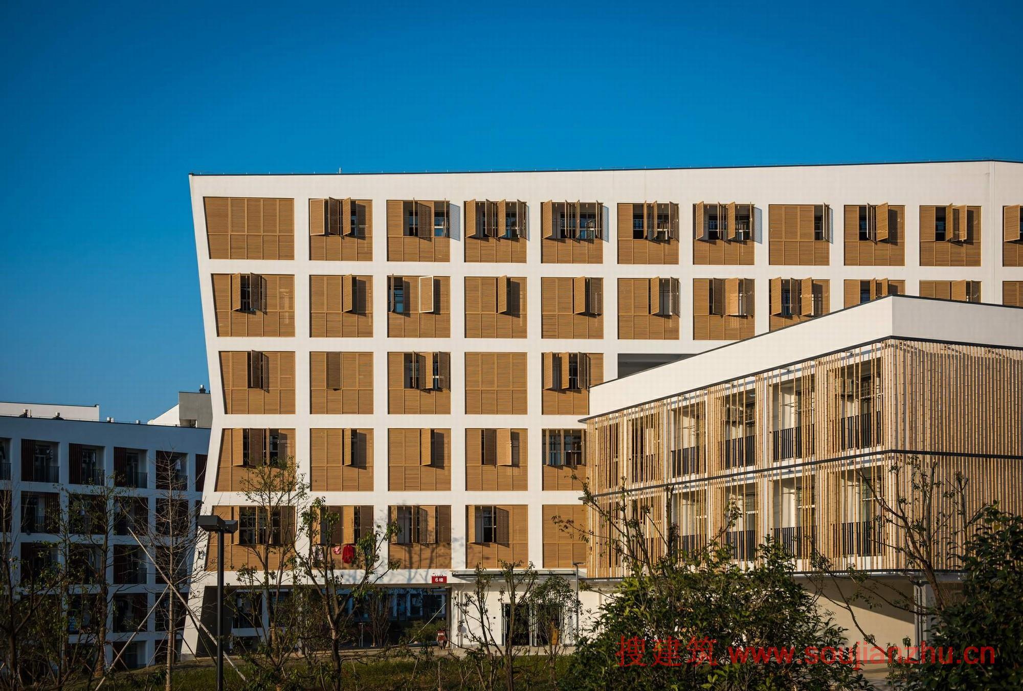 局部木质格栅立面和彩色饰面三种立面体系交叉使用在