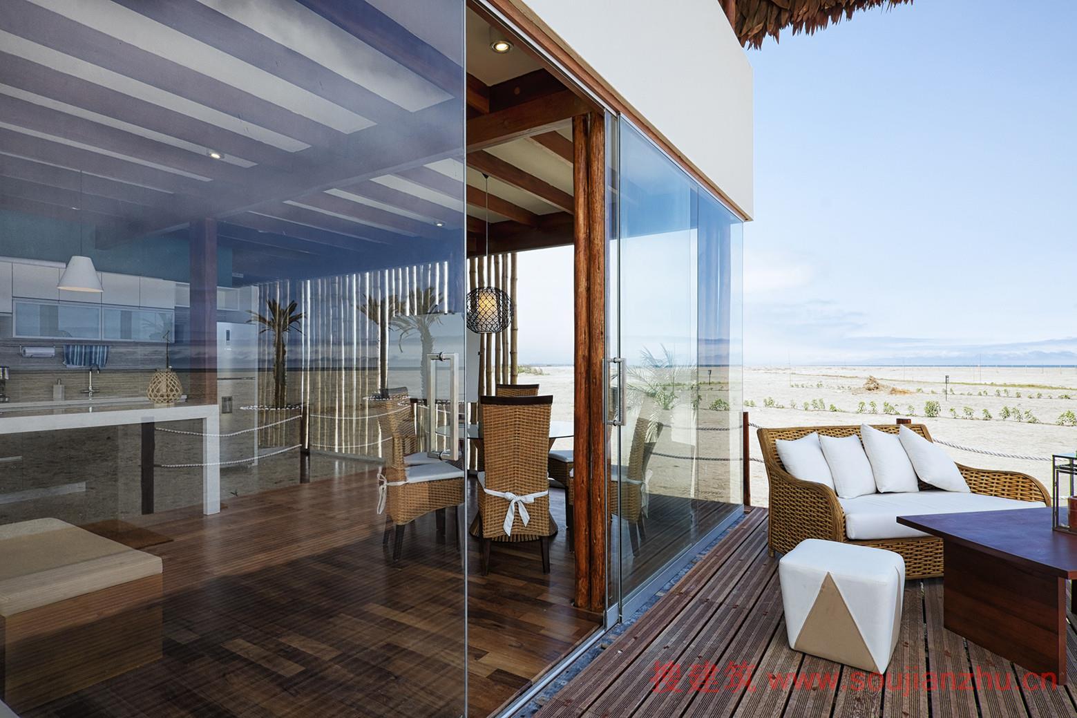 建筑师:Yupana 地点:秘鲁 面积:256.0平方米 年份:2014  Between Pisco和Chincha Baja在海滨有一个主要的房地产开发项目,由于利马的良好天气和好位置,将在2016年加固利马皮斯科新高速公路。   项目的概念,我们试图通过创建材料和空间构成一个不同的概念海滨别墅。为此,我们考虑到了劳动力资源和场地,优化专家,开展项目,建造一座完全由木头、竹子和茅草组成的别墅。通过使用当地的劳动力和资源,大大减少建造时间和预算成本。   建造别墅有非常具体的要求,因为它是一个典型的有一