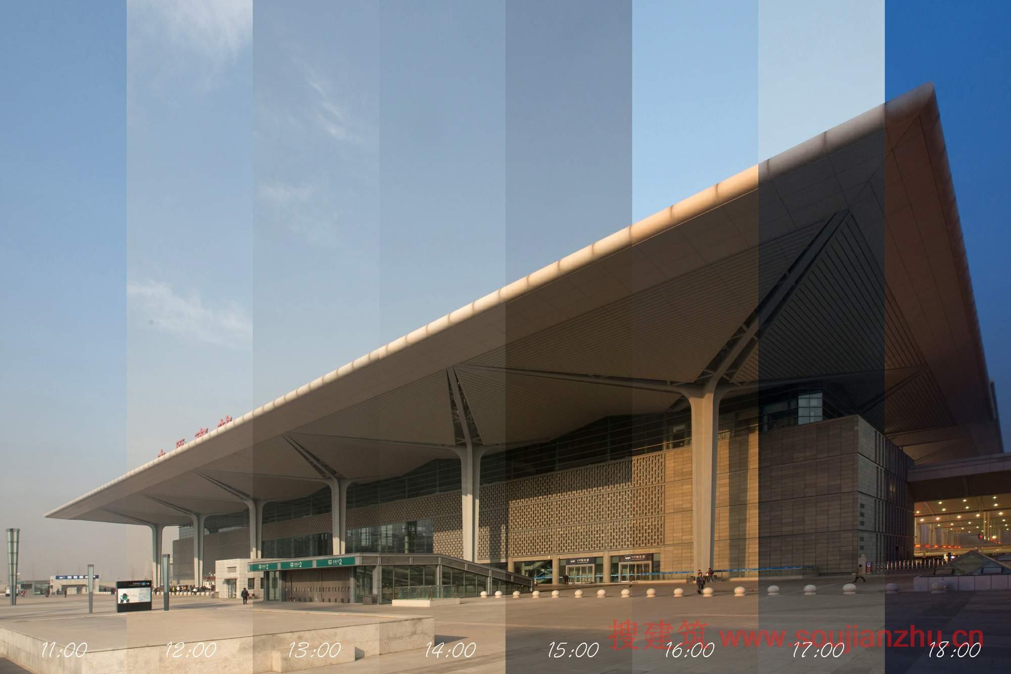 建筑师:CSADI 地点:山西 太原 面积:183952平方米 年份:2014  太原南站,其车场规模为10台22线,总建筑面积为183952平方米。是石太铁路客运专线上重要的枢纽站之一,是一座集铁路、城市轨道、交通换乘功能于一体的现代化大型交通枢纽,最高聚集人流量为4000多人。  建筑空间、技术和材料的完美结合,该站是由最先进的技术设计的,代表着区域特色,打造出高质量、高使用寿命的建筑。在建筑内部,其设计理念体现了传统的等候式车站向未来的通过式车站发展的理念,强调旅客进站出站的直接性,旅客进出站