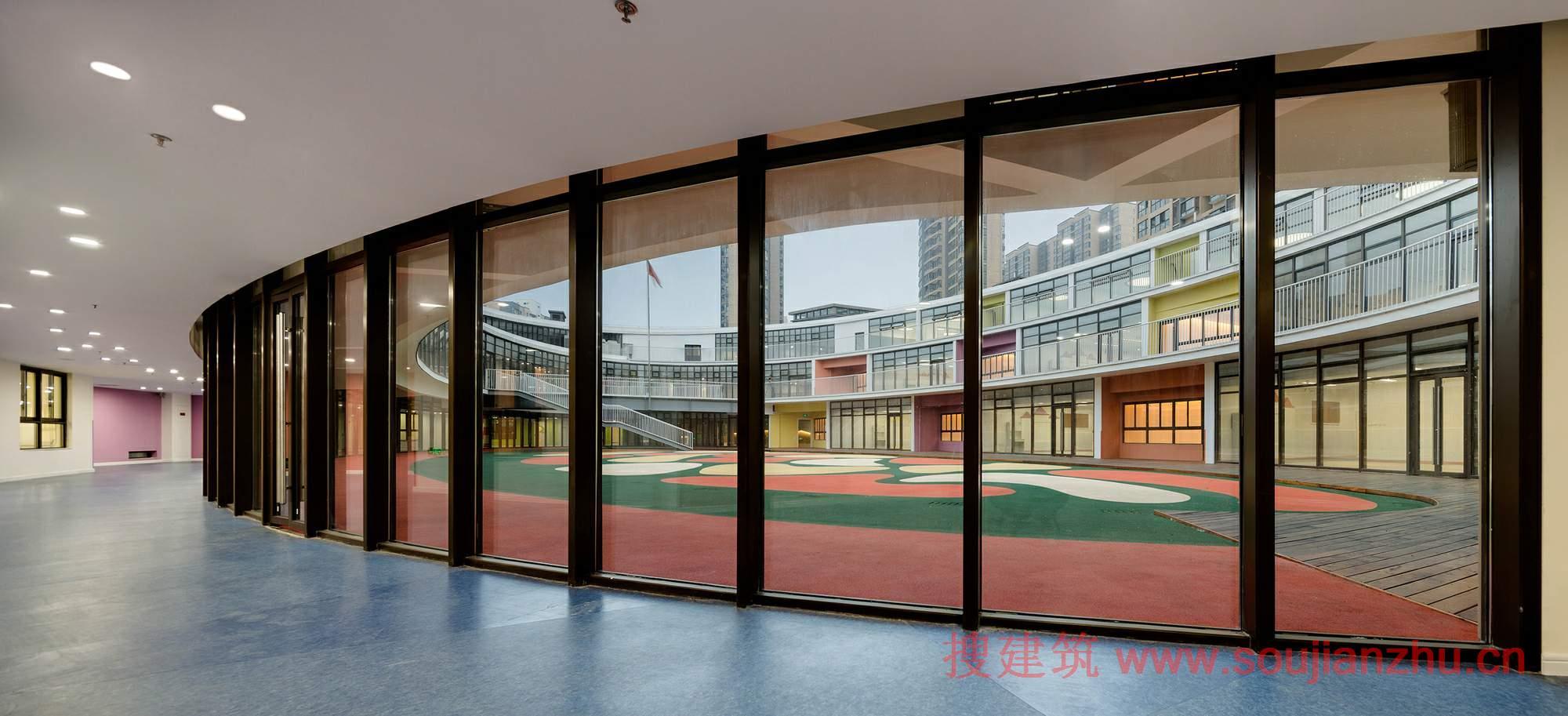 建筑师:UDG + SEU 地点:江苏 无锡 面积:7891.1 平方米 年份:2014 摄影:姚力 钱强  UDG设计的该幼儿园位于无锡惠山榭丽花园小区。该项目是一座三层高的椭圆型螺旋环形建筑,拥有宽敞的室外空间和充足的阳光,及是理想的学习环境。  该建筑采用了流线形的设计,并与现有的道路形成了动态的关系。其次的建筑造型将园林绿化景观元素充分的融入了进来,从而使幼儿园与西面的购物中心和南面的社区中心合为一体,形成了一个高质量的与舒适的广场空间,非常适合人们在这里散步娱乐。  与此同时,建筑的侧面面朝马路