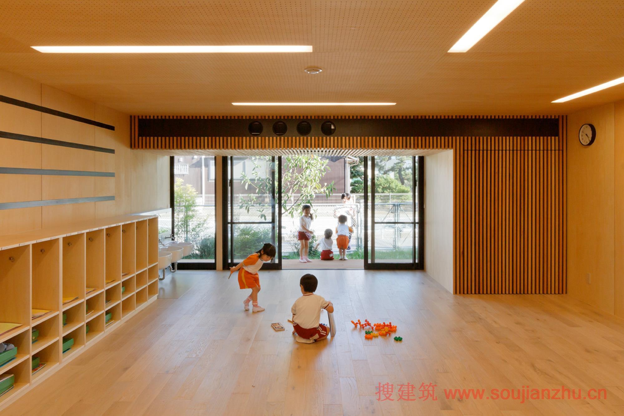 幼儿园的名称和班级的标牌是采用花园里种植的日本榉树制作的,在