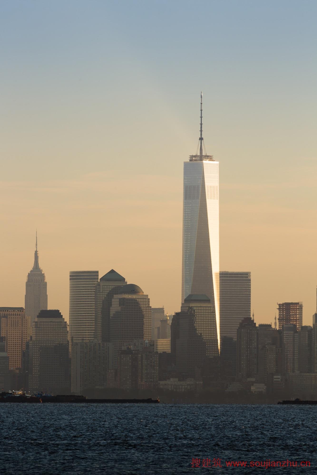 建筑师:SOM 地点:美国 纽约 面积:325161平方米 年份:2015  世贸中心一号楼毗邻世贸中心纪念馆,它代表着未来和希望。世贸中心一号楼高达124.4米的天线是该建筑的永久性建筑特色。  世贸中心一号楼位于世贸双塔原址,是金融区的核心,将包括一千万平方英尺的商业发展,表演艺术中心,50万平方英尺售空间,交通枢纽和国家911纪念馆。  总体规划恢复富尔顿和格林威治街道,以前被世界贸易大厦广场和原来的7世界贸易中心大厦封锁,为该地区注入了新的活力。新的世界贸易中心七号楼,于2006开幕,重开格林威治