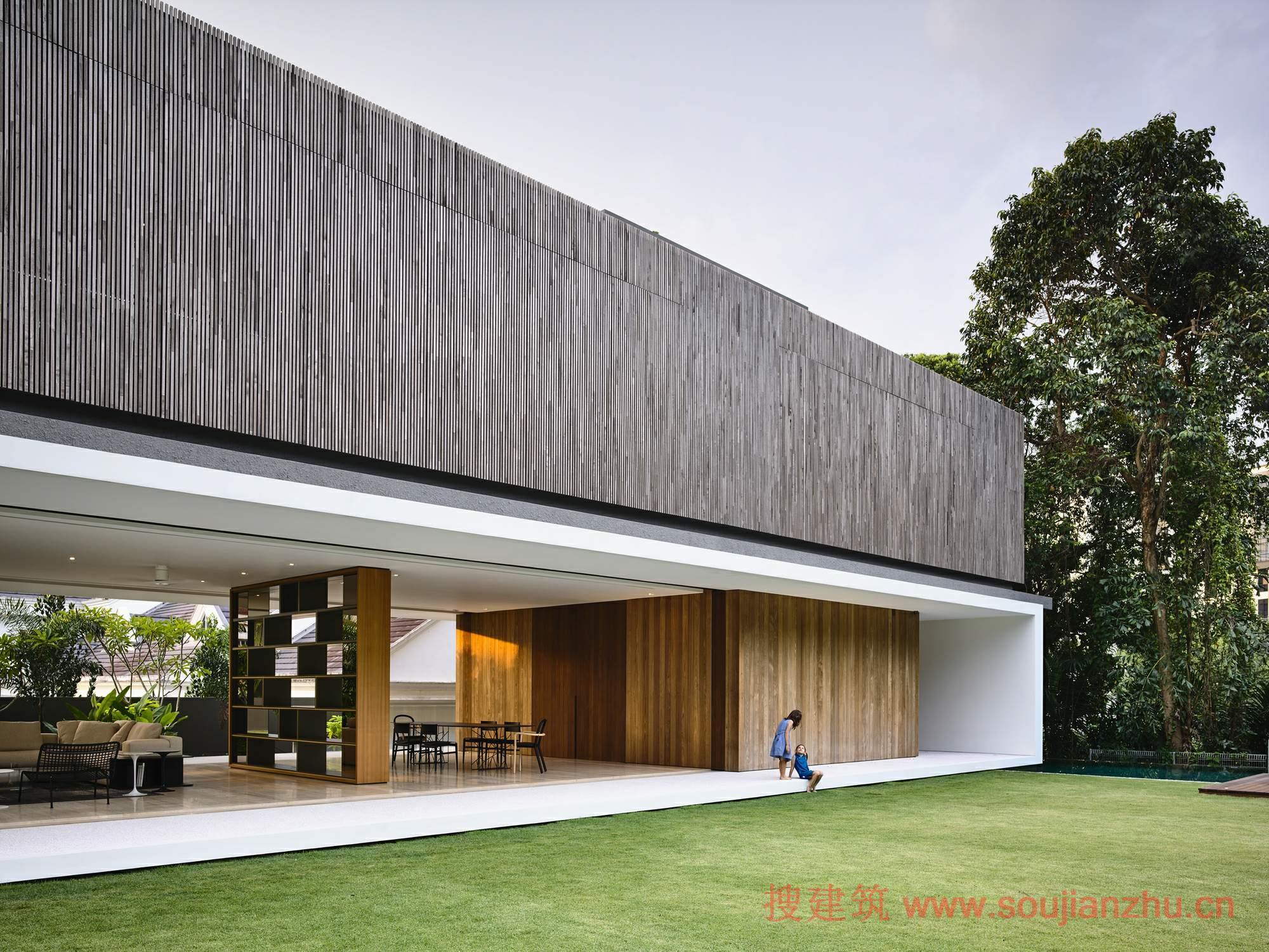 建筑师:ONG&ONG Pte Ltd 地点:新加坡 面积:917.78平方米 年份:2016  KAP别墅坐落于马来西亚铁路旁的一个富人住宅区内,原来的这里杂草丛生。这个小区曾经是黑白平房,有一个大的花园,是典型的热带生活区。  保留了废弃铁路旁的绿色通道,提供了一个天然的热带地形。日本的设计团队采用shakkei设计原则,利用周边的美丽环境。他们的目的是在美丽壮观的大自然中建造一个家。 KAP别墅以捕捉其奇妙的自然环境为前提,完全适应环境,建筑师着重落实齐家绿色走廊的理念。设计团队优先考虑外部