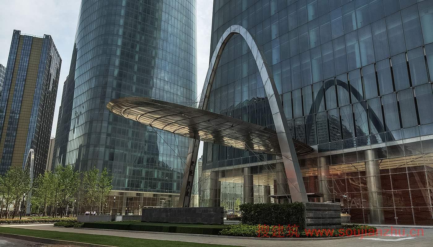 地点: 中国江西南昌 项目完工时间: 2015 用地面积: 16,135平方米 项目面积: 219,776平方米 楼层数: 59 建筑高度: 303米 类型: 商业+办公、综合功能 服务: 建筑、设备工程、结构+土木工程、高层建筑   江西南昌绿地中央广场A地块是一个综合功能建筑群,坐落于中国江西省会南昌的一个新开发区内。该项目由四座建筑组成:两座设有商业和会议功能空间的低层建筑以及303米高的双子塔写字楼。地标性摩天双子塔于2015年完工,是南昌最高的建筑。    摩天双子塔之间相距100米,在设计中融