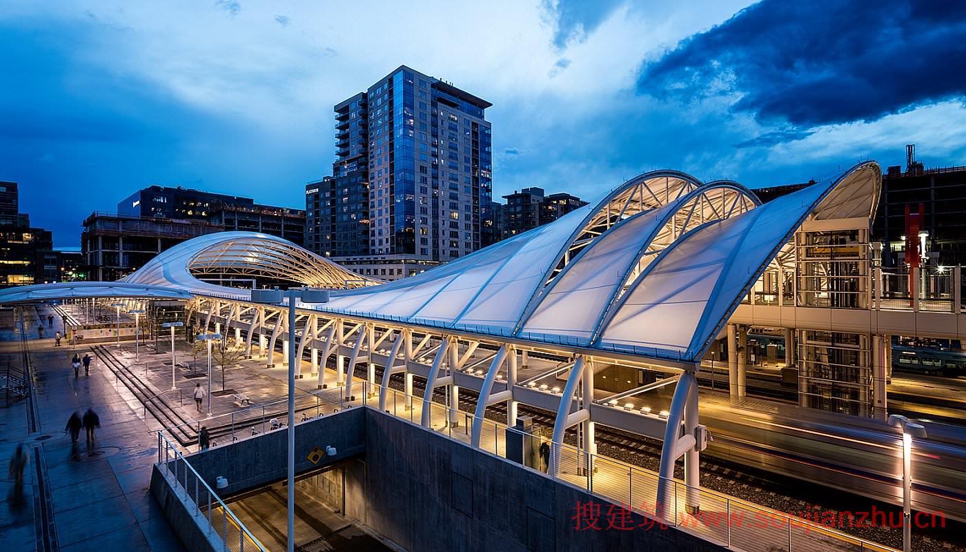 地点: 科罗拉多州丹佛市 项目完工时间: 2014 用地面积: 19.50英亩 项目面积: 1,623,000平方英尺 建筑高度: 70英尺 类型: 交通运输 服务: 建筑、结构+土木工程、城市设计+规划   丹佛联合车站历史悠久,地处该市中央商务区边缘地带,是学院派(Beaux Arts)风格的建筑杰作。SOM受委托对该车站进行扩建和改造,使其成为重要的地区性交通枢纽。为实现这一目的,SOM把8.