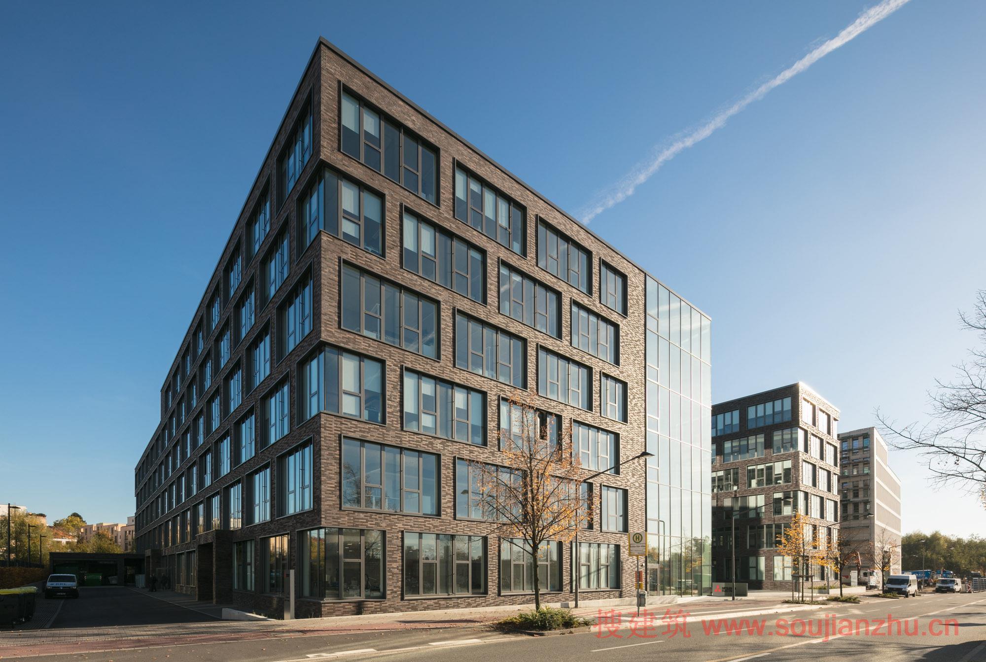 建筑师:Kresings 地点:德国 面积:37000平方米 年份:2015  欧洲三菱电机总部的新建筑的理念是在总共六层楼的内部实现不同的部门在水平和垂直向的连接。  该建筑有各种各样的使用类型空间,其包括办公室,会议室,车间和展览室,并围绕一个玻璃幕墙的连接走廊。由于其透明的外观,与建筑物的其他部分形成对比,它具有吸引力和欢迎的姿态,从远处就可以注意到。   灵活的家具,产品展示和小型会议室的多元化占用使得连接走廊成为公司的750名员工和任何访客的中心场所,从而促进互通和社交性,创造幸福感。它作为建筑