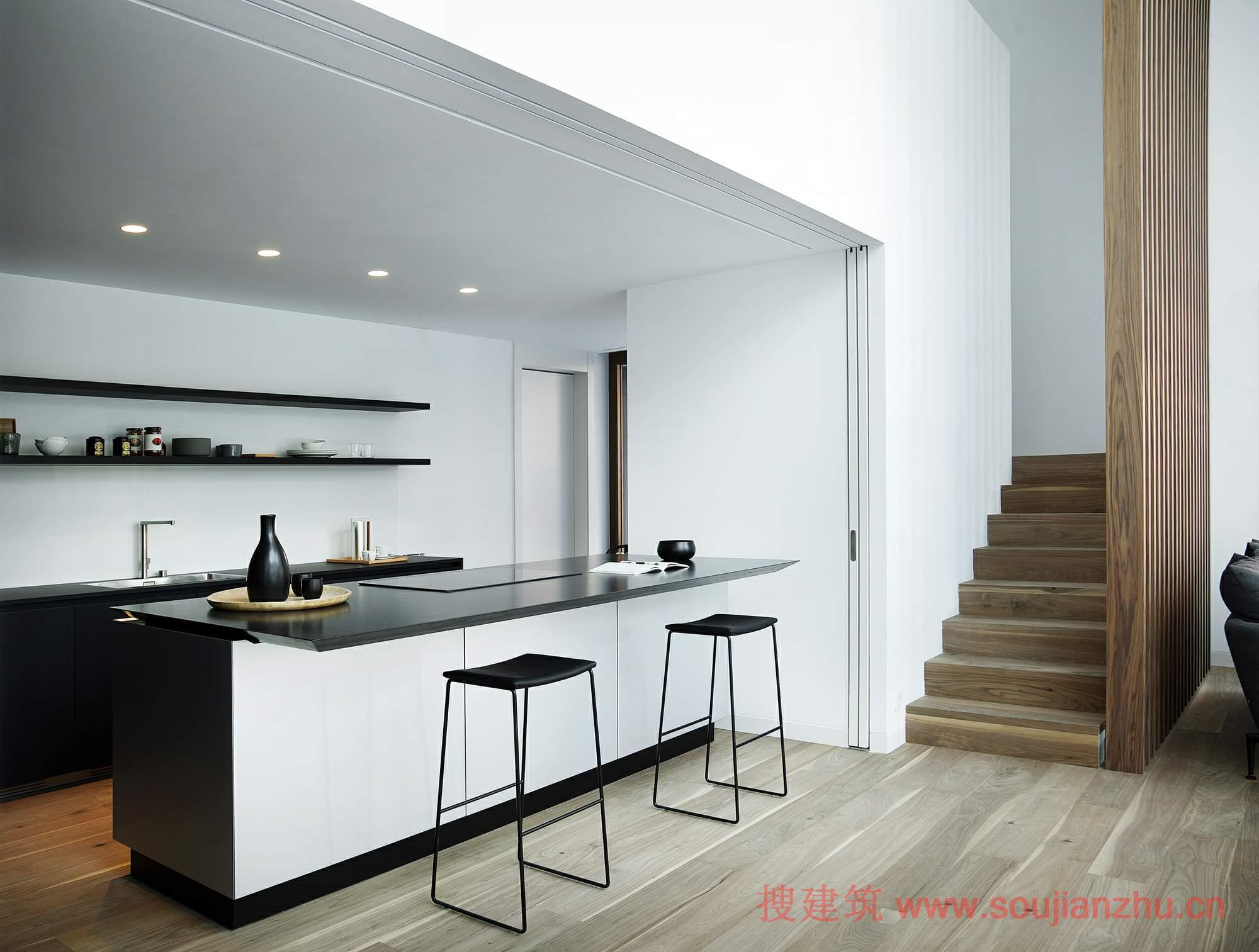房子分为三层.地下室专门用于车库,洗衣房,仓库和机房等技术领域.