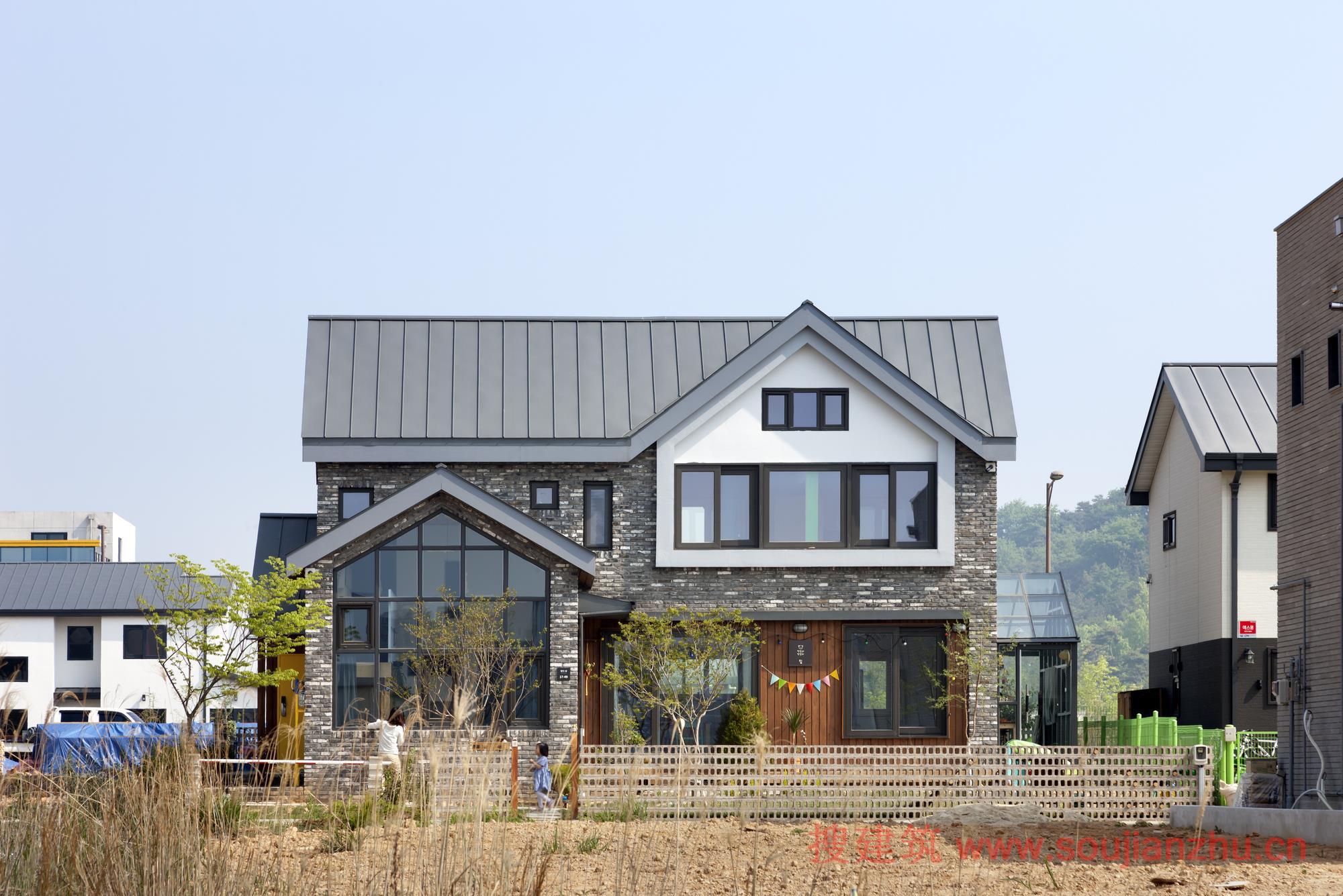 建筑师:studio_GAON 地点:韩国 面积:130平方米 年份:2017  该项目是一个典型的四口之家的住所:文静而又有魅力的父亲是掌权人,喜欢笑又开朗母亲和两个精力充沛的孩子。   该项目坐落在历史名城罗州,兴盛于过去,但它是一个以农业为基础的城市。最近很多公共公司正在搬迁总部,推广新房和商业设施,从而改变了城市的气氛。原来居住在首尔的一套公寓,父亲的公司搬迁后,全家不得不搬到这个城市。   该地块是规划中的最重要的地段之一,与当地历史或传统无关,建在以前是稻田和农场的土地上。沿着人造街道的人为划