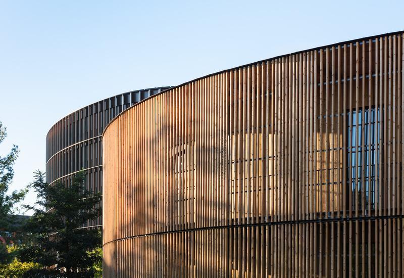 这两座建筑的外观令人印象深刻 - 外墙采用当地采购的落叶松木材.